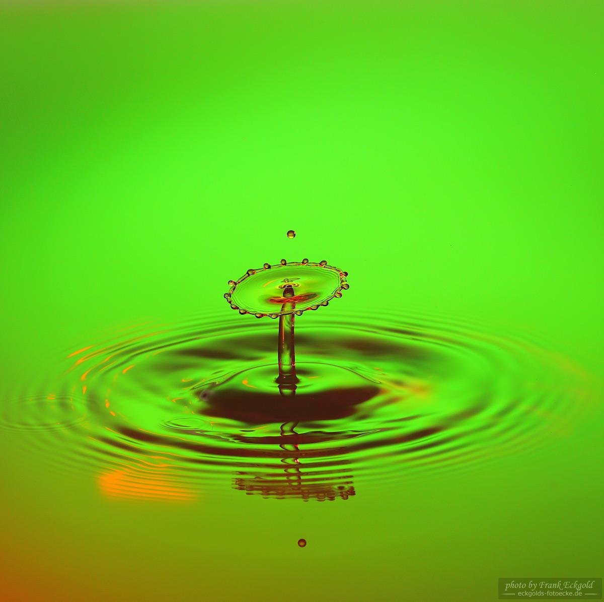Ein Wassertropfen mit Hochgeschwindigkeits-Trigger fotografiert