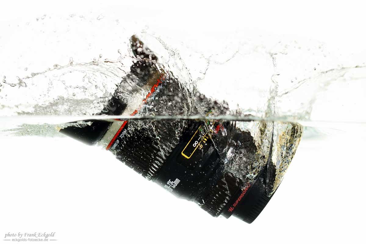 Ein in Wasser eintauchendes Objektiv mit Hochgeschwindigkeits-Trigger fotografiert